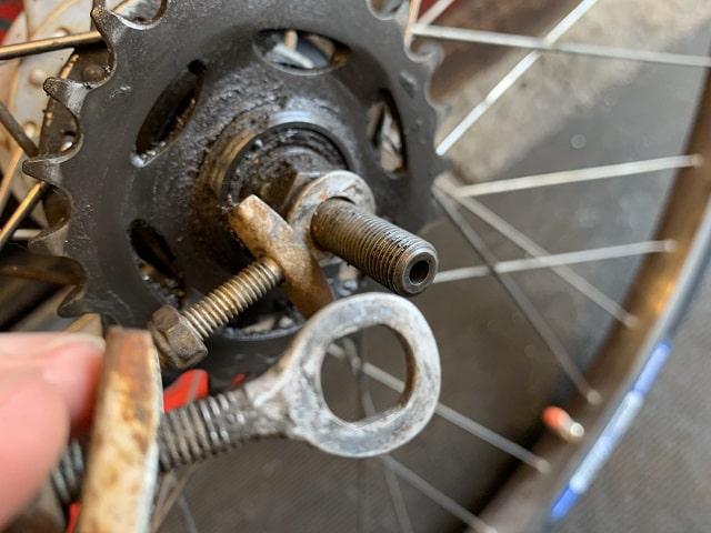 自転車チェーン引きの左右の違い