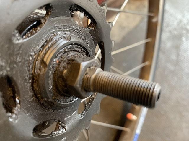 自転車3段用ハブ軸右側は一部水平になっている