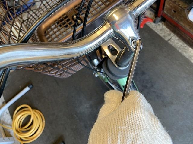 電動アシスト自転車ハンドル固定ネジ緩める