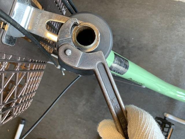 電動アシスト自転車のヘッドセット下側を工具で緩める