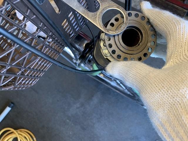 電動アシスト自転車のハンドルストッパー金具を取り外す
