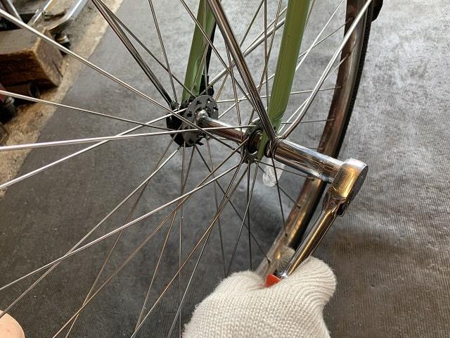 ビビDX電動アシスト自転車のフロントハブナットを工具で緩める