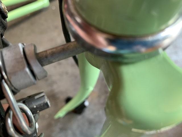 電動アシスト自転車のブレーキ本体を取付する