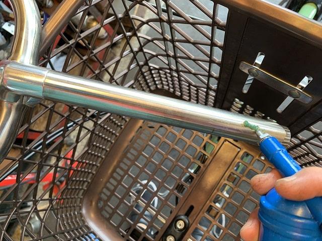 電動アシスト自転車ハンドルステムにグリス塗布する