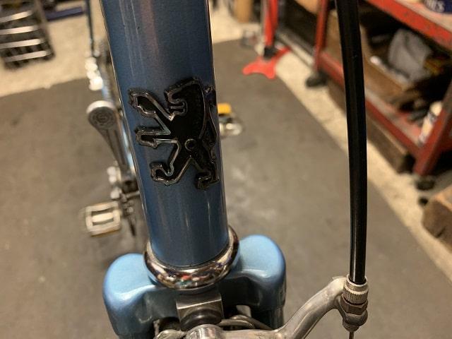 ヴィンテージプジョー自転車のライオンアウトラインのエンブレムも綺麗に蘇る