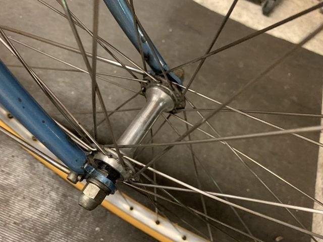 ヴィンテージプジョー自転車のフロントハブ周りも綺麗に