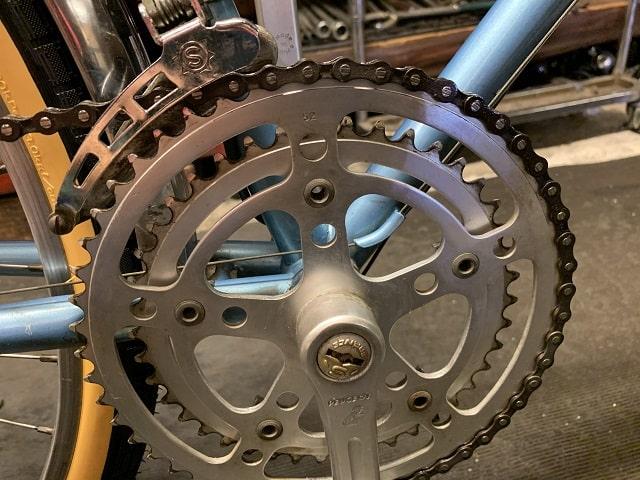 ヴィンテージプジョー自転車のギヤクランクもピカピカに