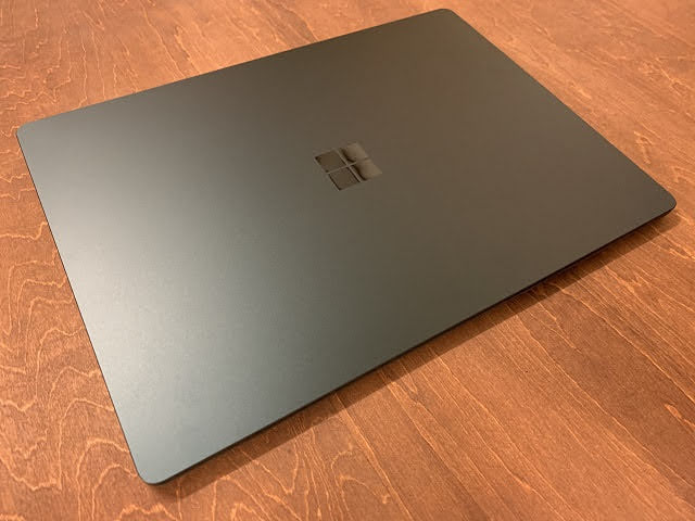 Surface Laptop3 13.5インチ 斜め上から見る