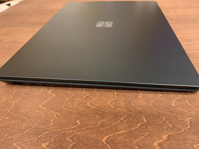 Surface Laptop3 13.5インチ 横からの薄さ見る