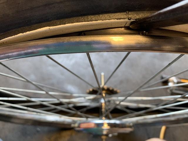 実用車の耳付きタイヤを専用タイヤレバーで確認する