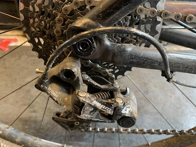 サイクルクリーニング前のマウンテンバイクの変速機泥汚れ