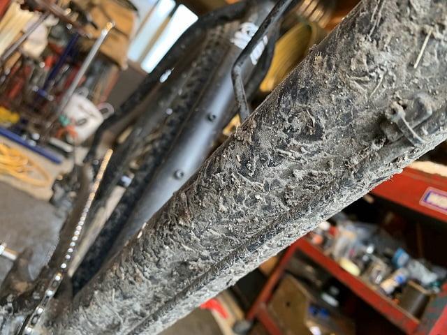 サイクルクリーニング前のマウンテンバイクのダウンチューブ酷い泥汚れ