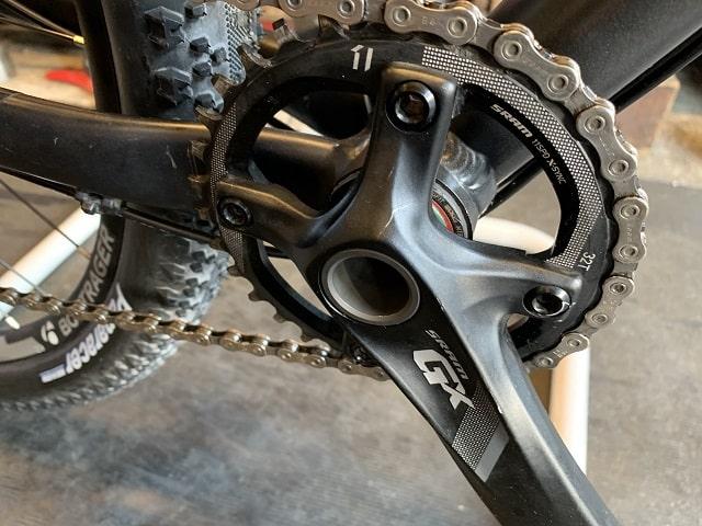 サイクルクリーニング後のきれいになったマウンテンバイクのギアクランク