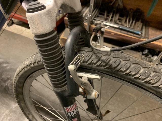 約20年前のマウンテンバイクの汚れたフロントサスペンション