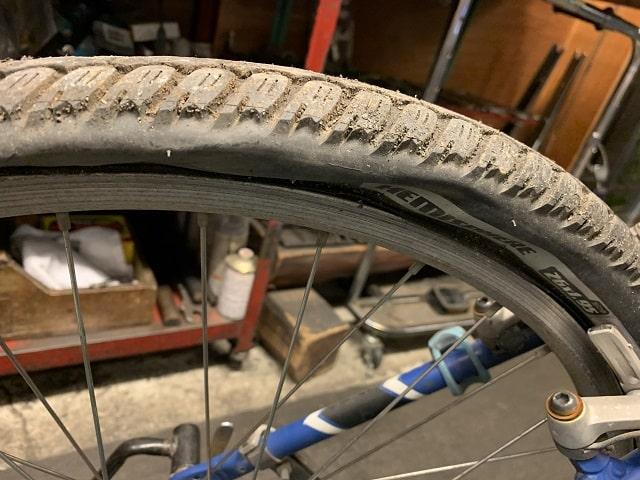 約20年前のマウンテンバイクの劣化したタイヤ