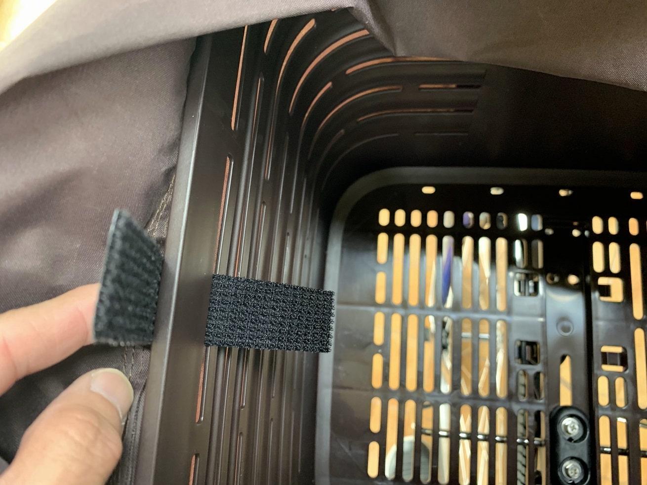 ビビDX前カゴ内側にマジックテープでバスケットカバーを固定する