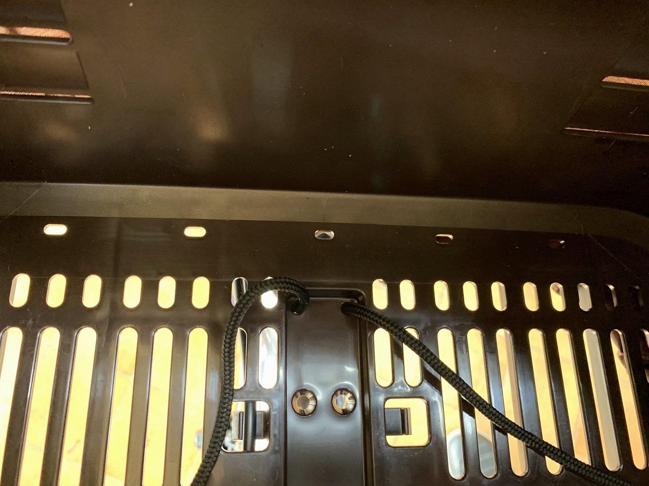 ビビDX前カゴの穴にバスケットカバー用固定ひもを通す