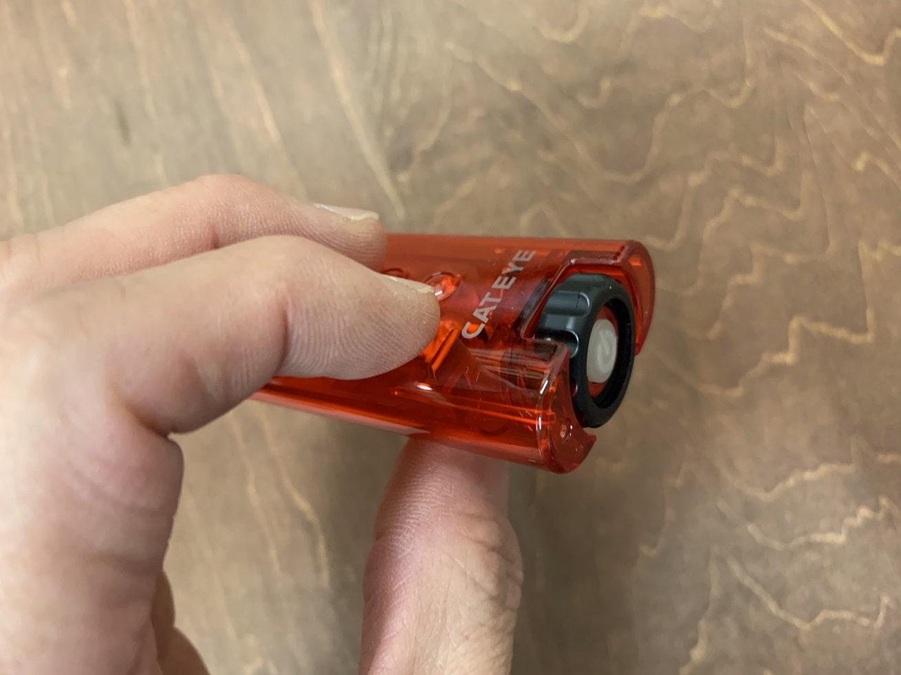 「タイトキネテック」の黒いダイヤルを回してボディーをずらす