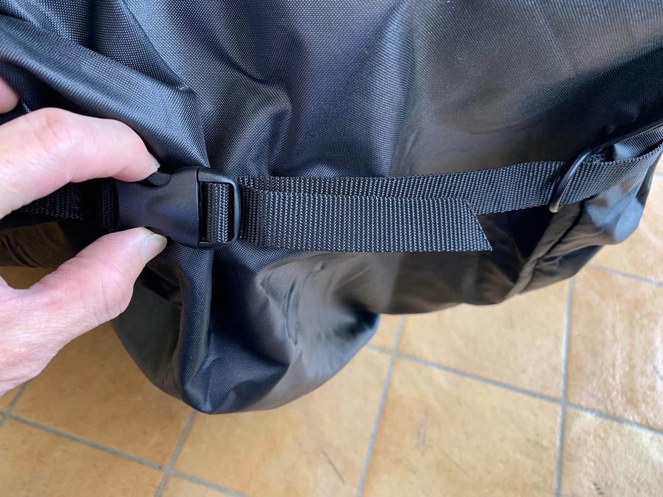ちび輪バッグ輪行袋のサイドのバックルは解除しておくと収納しやすい