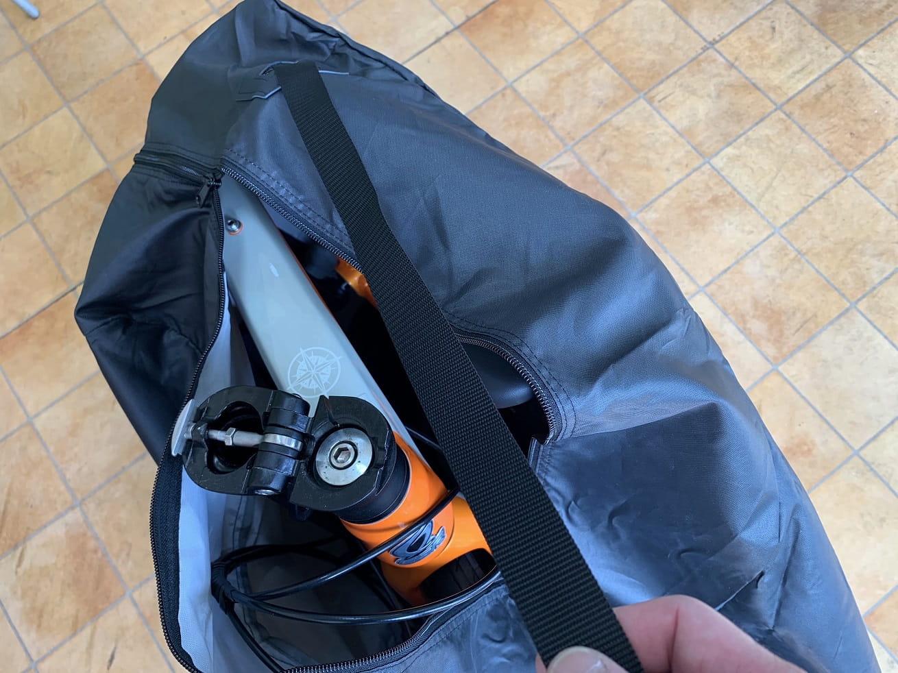ちび輪バッグ輪行袋のファスナーを少し閉める