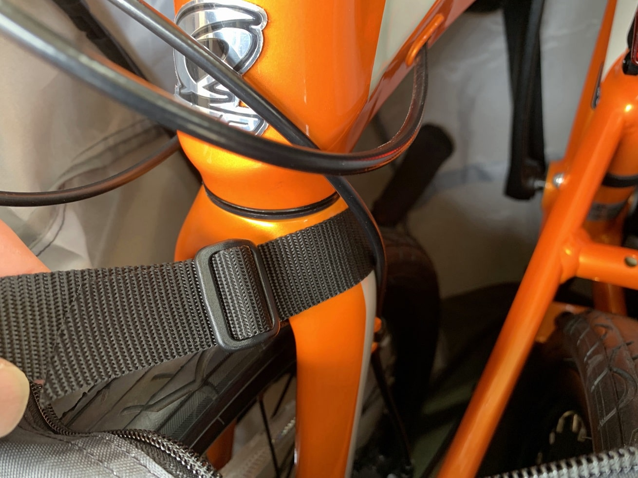 ちび輪バッグ輪行袋の前方フレームのフロントフォーク部分にショルダーベルトを取り付ける