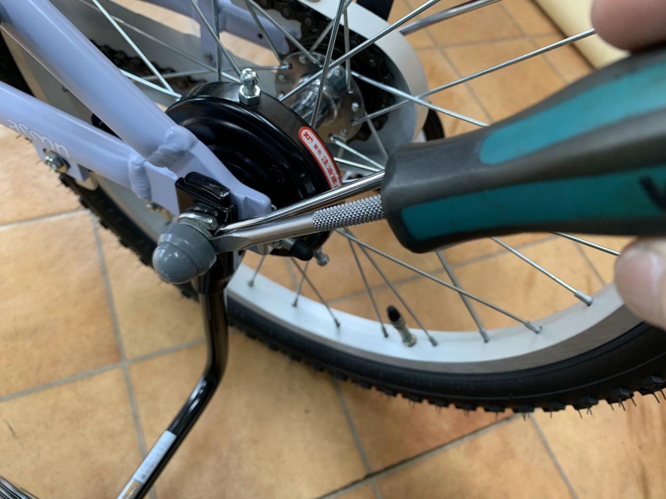 子供自転車補助輪外しで最初に保護キャップを外す