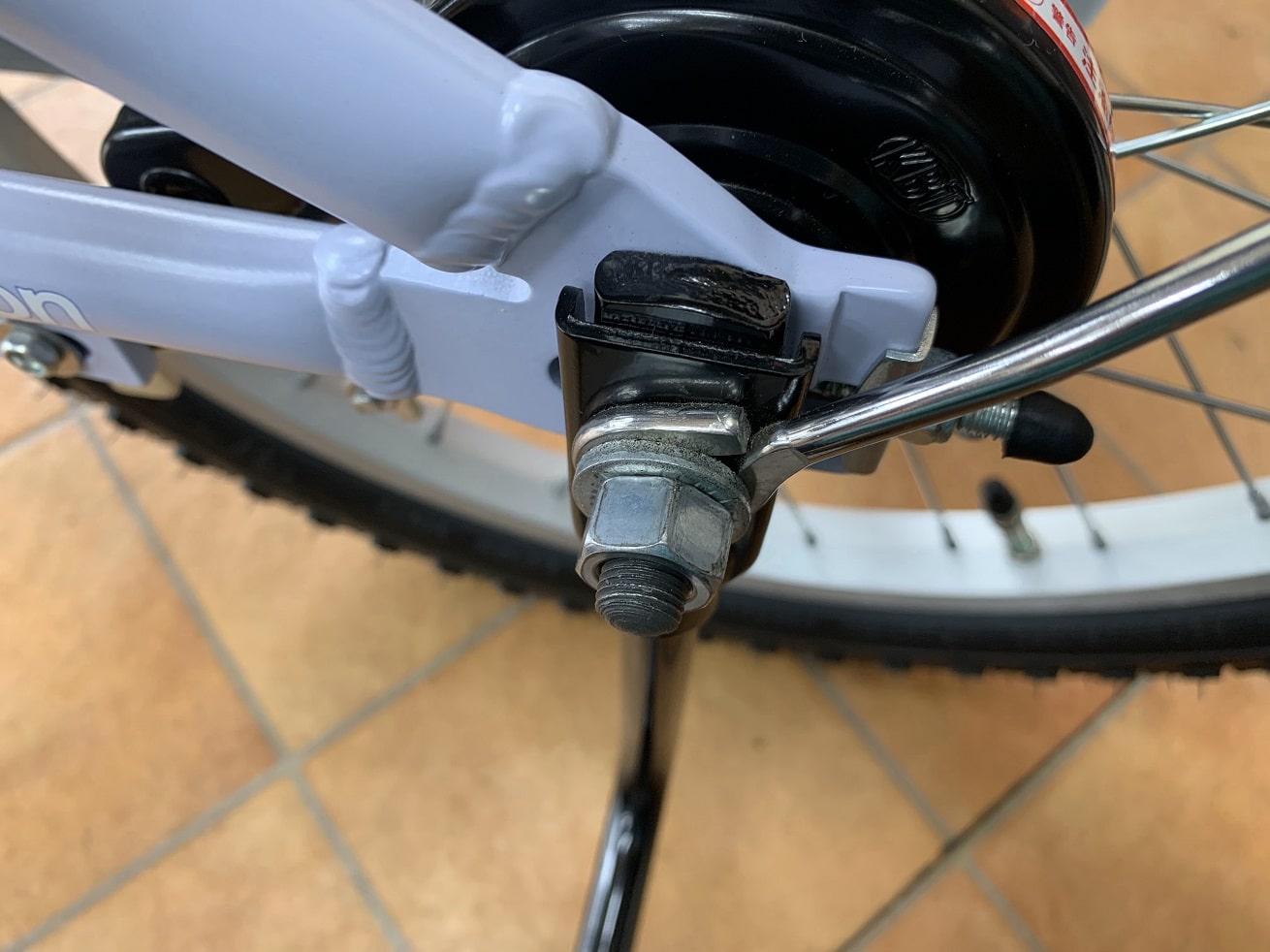 保護キャップを外した状態の子供自転車補助車