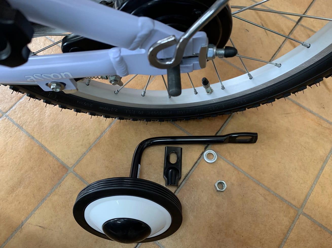 子供自転車補助輪の片側外す