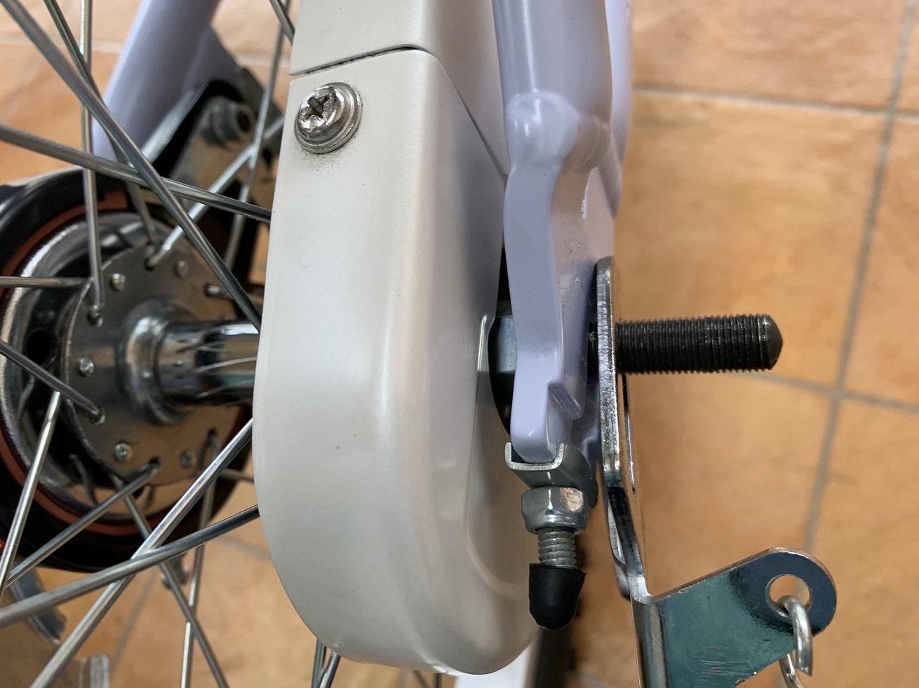 子供自転車に両立スタンドをはめ込む