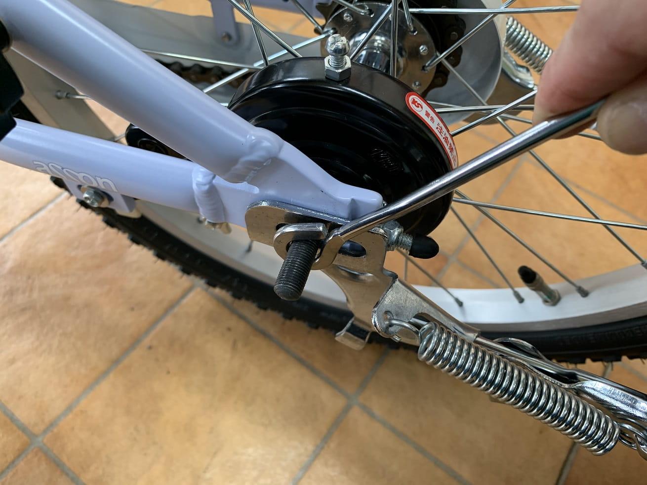 子供自転車に両立スタンドをはめたらドロヨケステーをはめる
