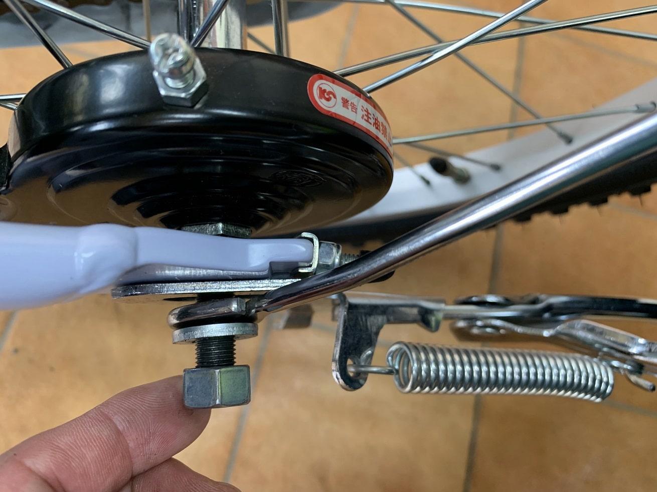 子供自転車両立スタンド取り付けたらナットを指で軽く締める
