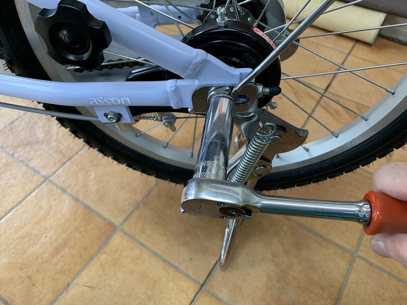 子供自転車両立スタンドを取り付けたたら工具でナットを締め付ける