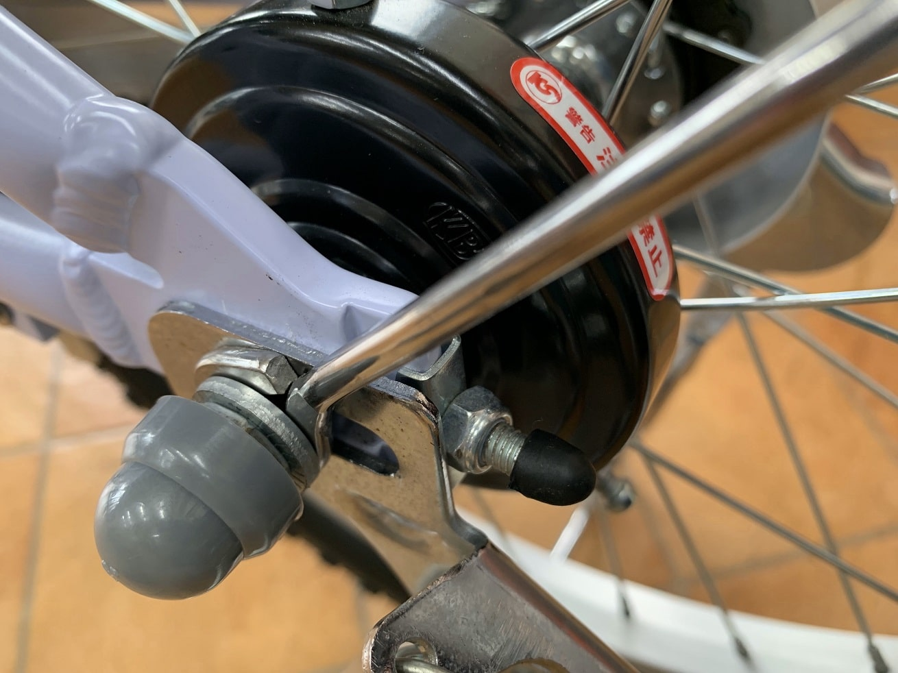 子供自転車両立スタンド取り付けたら最後に保護キャップを被せる