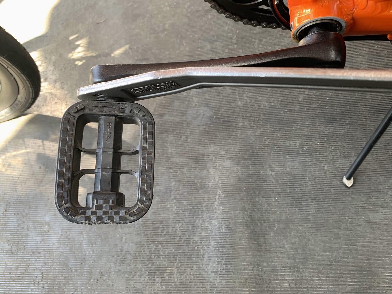 樹脂ペダルを15㎜ペダルレンチ工具で取り外す