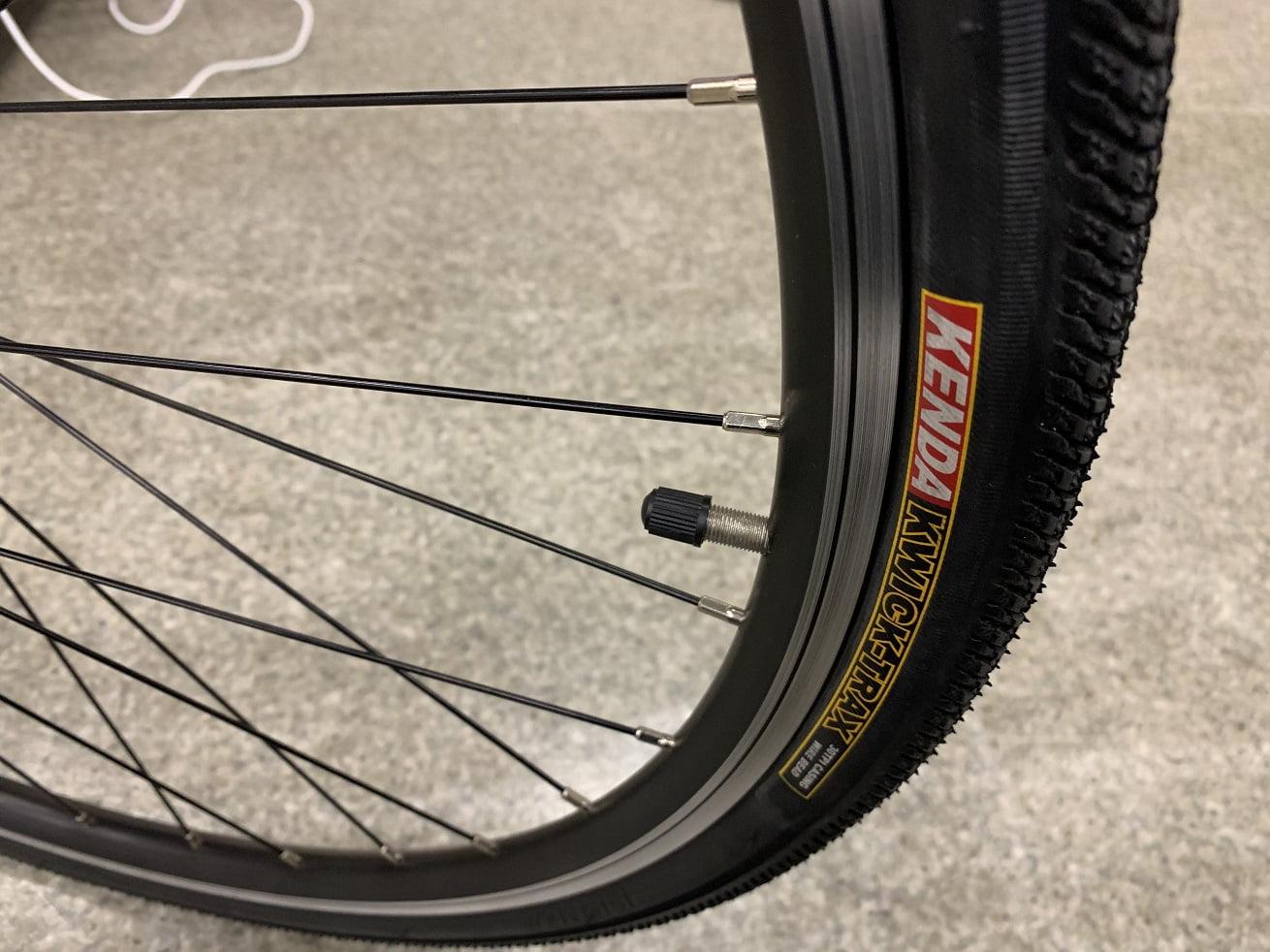 クロスバイク「かもめ自転車」クロスバイクK-045の700×32Cタイヤと米式チューブ