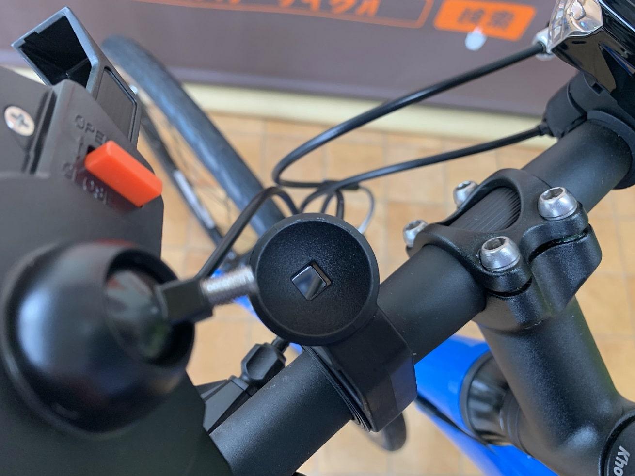 自転車スマホホルダー「Tiakia PB03-AC」溝に本体合わせる