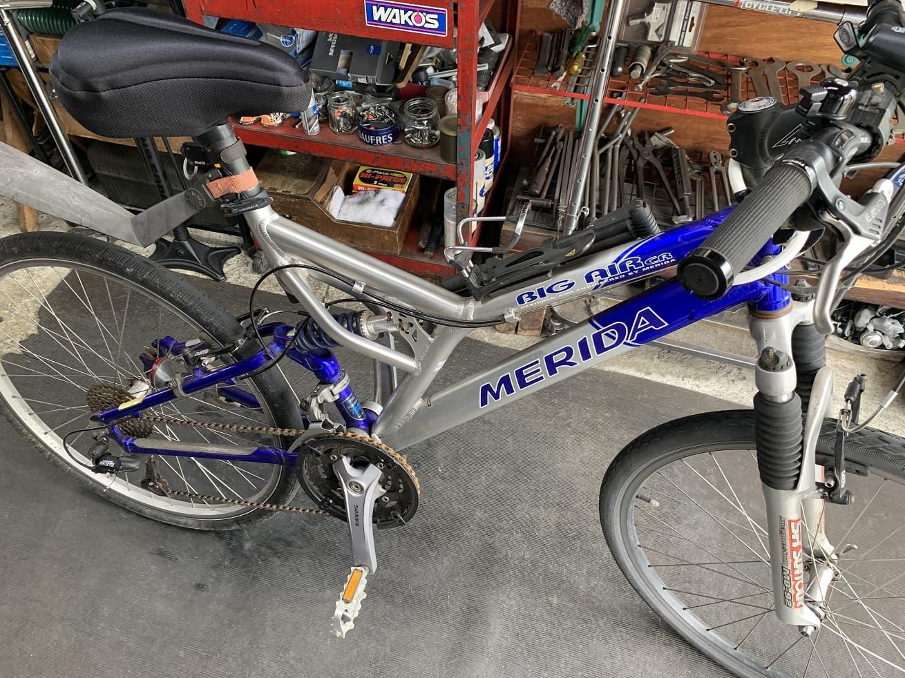 自転車洗車前のマウンテンバイク