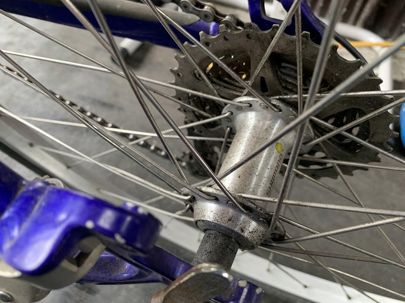 自転車洗車前のマウンテンバイク後輪