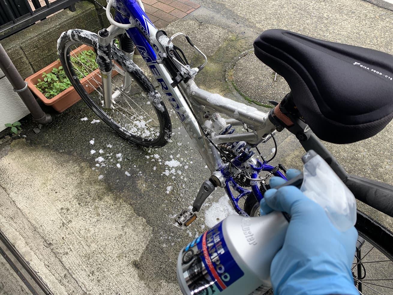 自転車洗車でシュアラスター「バイクシャンプー」使用中