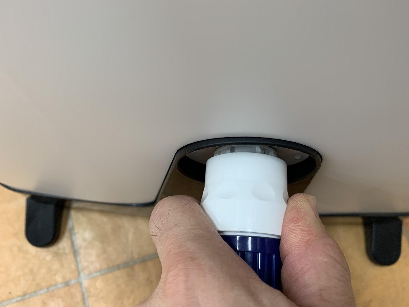 タカギ散水ホースリール「オーロラBOXYツイスター」コネクターを抜く