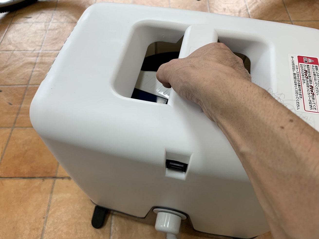 タカギ散水ホースリール「オーロラBOXYツイスター」ボックスを持ち上げる