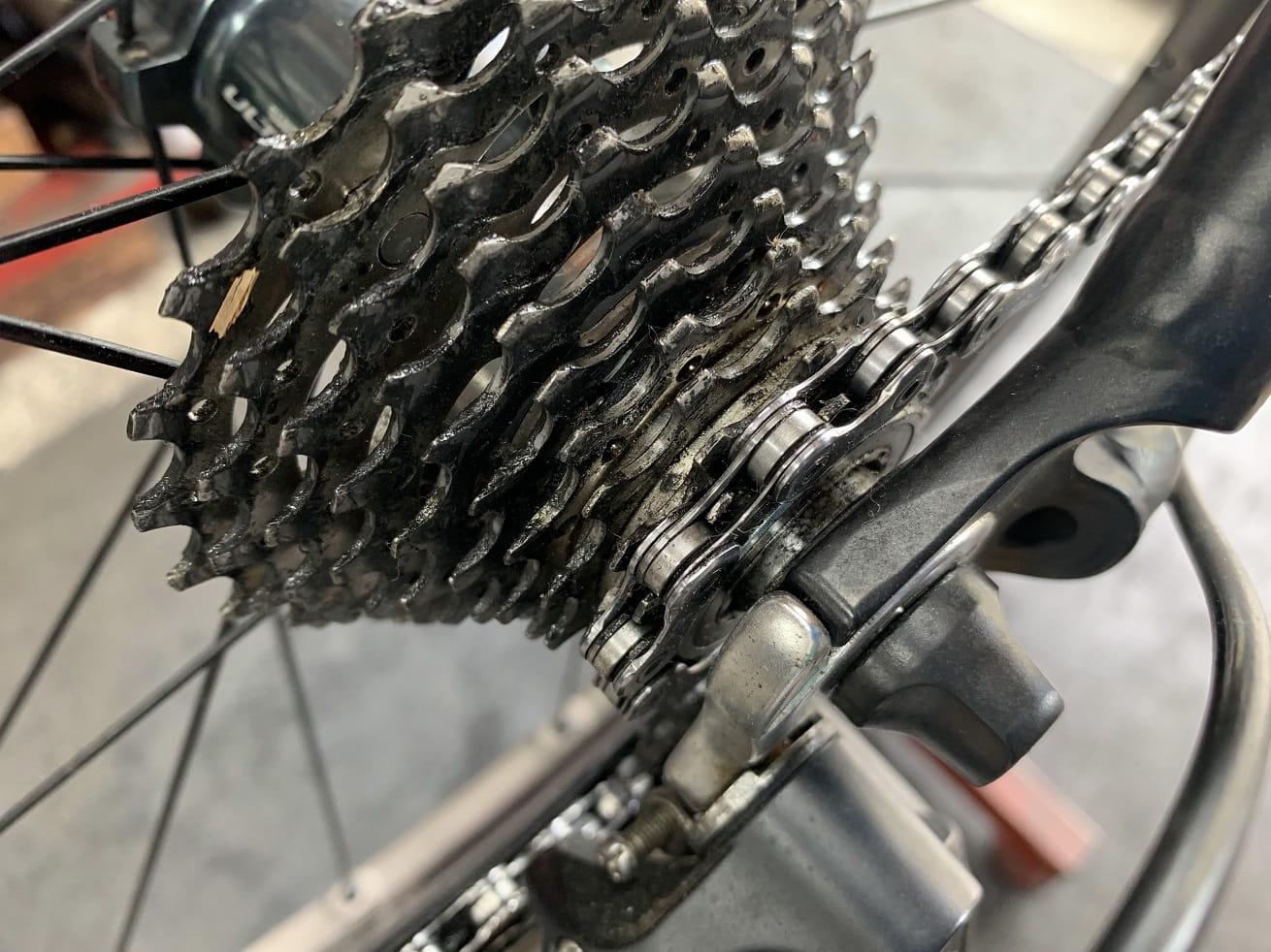ロードバイク洗車作業前の汚れたスプロケット
