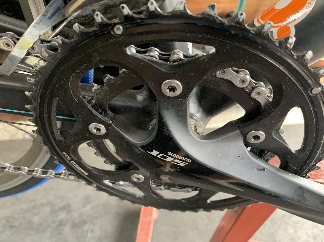 ロードバイク洗車作業前の汚れたチェーンリング