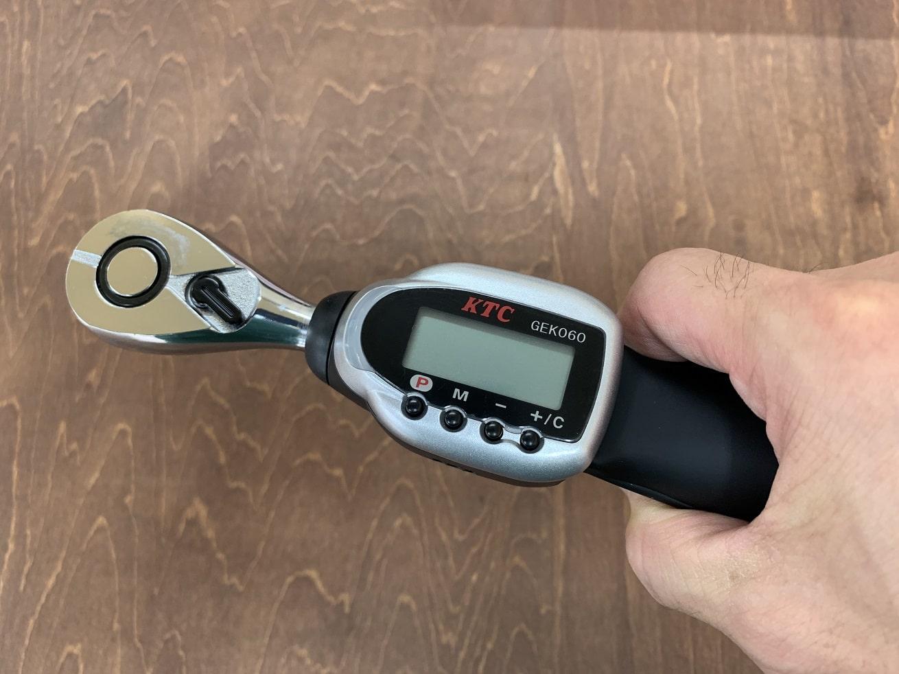 KTCデジラチェ GEK060-R3を手に持つ