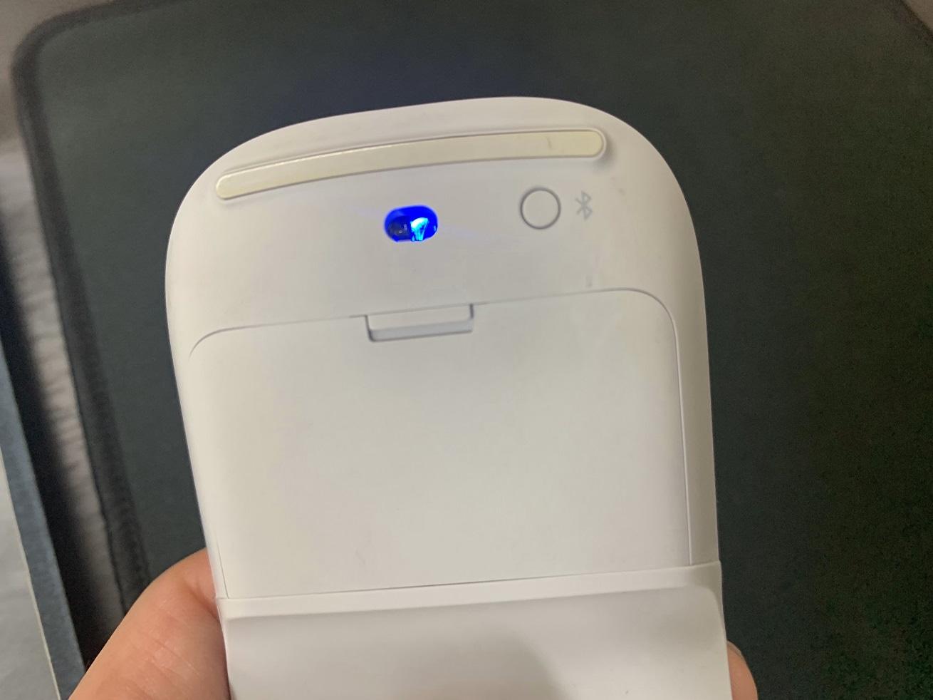 Microsoft Surface Arc Mouse裏側青色LED点灯で電源ON状態